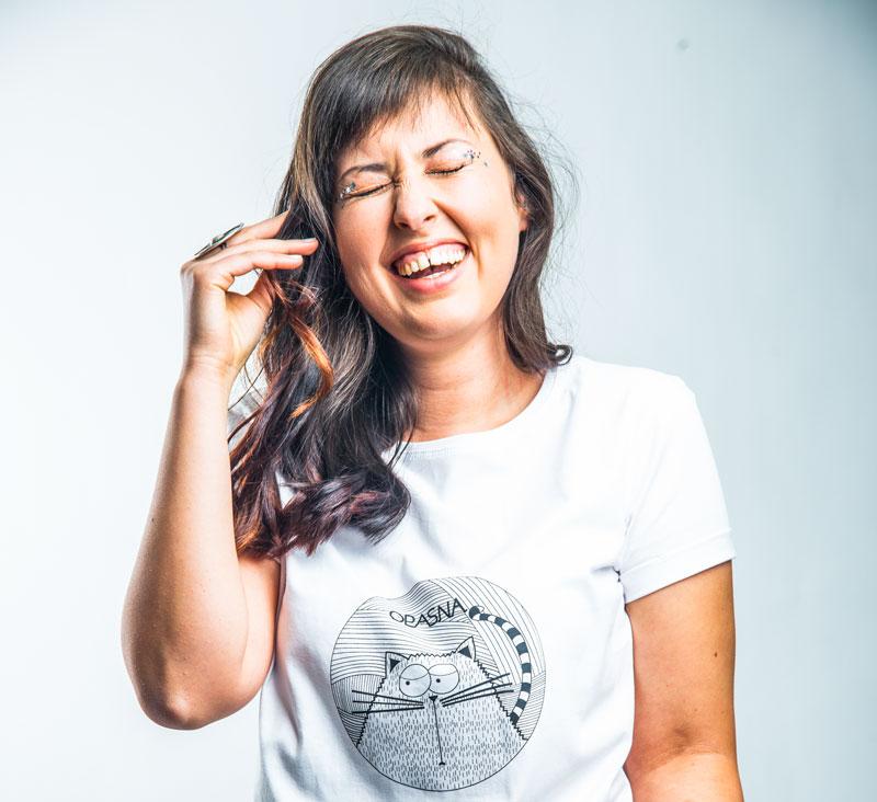 Devojka se smeje u majici opasna macka