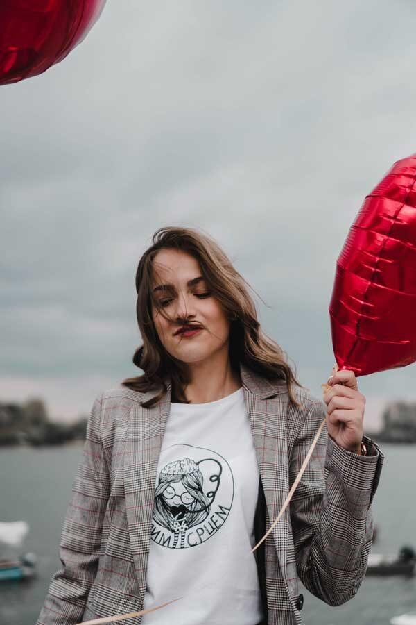 Devojka sa balonima u Froncla majici mislim srcem